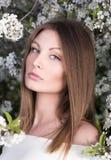 Портрет крупного плана сада молодой женщины весной blossoming Обнажённый состав Стоковое фото RF