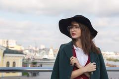 Портрет крупного плана симпатичной девушки брюнет представляя на мосте W Стоковое Изображение