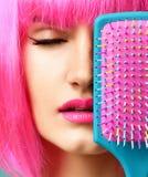 Портрет крупного плана счастливого рта конца женщины брюнет моды с красочной розовой голубой желтой малой щеткой гребня волос в р Стоковое Изображение RF