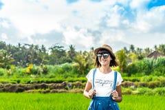 Портрет крупного плана счастливого туриста женщины с соломенной шляпой на предпосылке горы Вулкан Agung, остров Бали стоковые фотографии rf