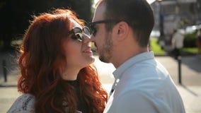 Портрет крупного плана счастливых пар в любов идя вокруг города держа руки Привлекательная молодая женщина и красивый человек акции видеоматериалы