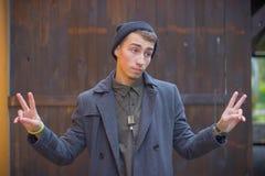 Портрет крупного плана тупого, невежественного молодого человека, студента, работника подготовляет вне спрашивать какое ` s пробл стоковая фотография