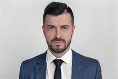 Портрет крупного плана уверенного бизнесмена одетого в костюме над серой предпосылкой стоковые фотографии rf
