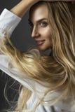 Портрет крупного плана усмехаясь молодой беременной красивого белокурого wo стоковое фото rf