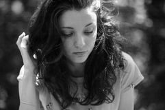 Портрет крупного плана черно-белый привлекательной темной с волосами девушки снаружи Стоковая Фотография