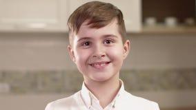 Портрет крупного плана эмоций мальчика сток-видео