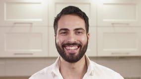 Портрет крупного плана эмоций молодого человека акции видеоматериалы