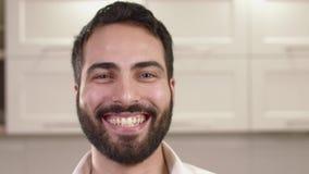 Портрет крупного плана эмоций молодого человека сток-видео