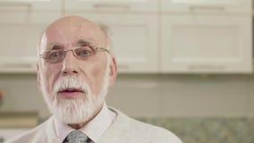Портрет крупного плана эмоций старика сток-видео