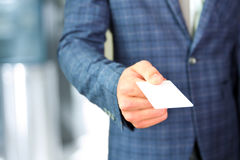 Портрет крупного плана бизнесмена давая визитную карточку Стоковое Изображение