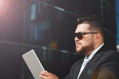 Портрет крупного плана бизнесмена используя сенсорную панель Стоковая Фотография RF