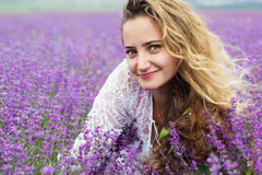 Портрет крупного плана девушки на фиолетовом поле лаванды Стоковое Фото