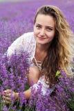Портрет крупного плана девушки на фиолетовом поле лаванды Стоковые Изображения