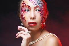 Портрет крупного плана женщины с художническим составом Стоковые Изображения RF