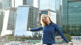 Портрет крупного плана женщины усмехаясь Камера молодой бизнес-леди профессиональная смотря счастливая видеоматериал