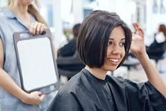 Портрет крупного плана испанской латинской женщины девушки сидя в стуле в парикмахерской Стоковые Изображения RF