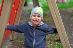 Портрет крупного плана красивого мальчика на парке лета предпосылки стоковое изображение rf