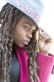 Портрет крупного плана красивой африканской женщины с шляпой, городским styl стоковая фотография rf
