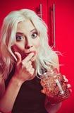Портрет крупного плана красивой белокурой девушки есть варенье стоковые фотографии rf