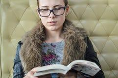 Портрет крупного плана красивой девушки с книгой Стоковое Изображение