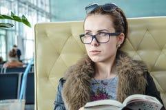 Портрет крупного плана красивой девушки с книгой Стоковая Фотография