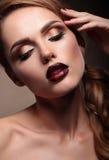 Портрет крупного плана красивой стильной модели молодой женщины с br стоковые изображения