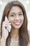 Портрет крупного плана красивой усмехаясь латинской женщины говоря pho стоковая фотография