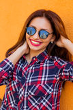 Портрет крупного плана красивых женщин с совершенным отражением состава и солнечных очков, усмехаясь Цель концепции, drea Стоковая Фотография