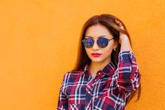 Портрет крупного плана красивых женщин с совершенным отражением состава и солнечных очков, усмехаясь Цель концепции, drea стоковое фото rf