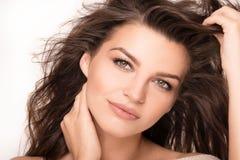 Портрет крупного плана красоты молодой естественной женщины Стоковое Фото
