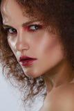 Портрет крупного плана красоты молодой кавказской девушки камера смотря женщину