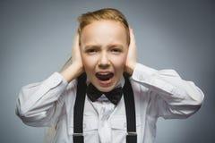 Портрет крупного плана кричащей девушки покрывая ее уши, наблюдающ не те ничего Человеческие эмоции, выражения лица Стоковые Фото