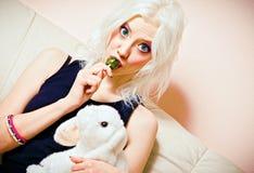 Портрет крупного плана милой белокурой девушки с конфетой и кролик забавляются Стоковое Изображение RF