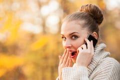 Портрет крупного плана милой женщины говоря на мобильном телефоне Стоковые Изображения
