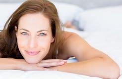 Портрет крупного плана милой женщины лежа в кровати Стоковая Фотография RF