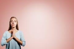 Портрет крупного плана молодой белокурой женщины моля Стоковые Изображения RF