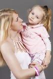 Портрет крупного плана молодой кавказской женщины с маленькой дочерью Стоковое Изображение