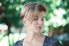 Портрет крупного плана молодой середины постарел белая кавказская женщина девушки с стрижкой коротких волос стильной в футболке с Стоковое Фото