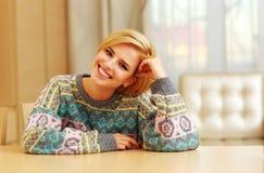 Портрет крупного плана молодой счастливой женщины сидя на таблице Стоковые Изображения