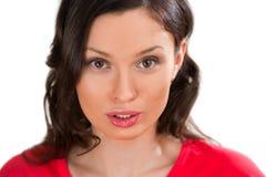 Портрет крупного плана очаровательной женщины смотря камеру Стоковые Изображения RF