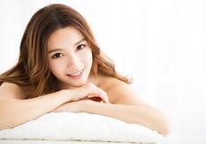 Портрет крупного плана привлекательный усмехаться молодой женщины стоковое фото rf