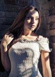 Портрет крупного плана драматический красивой молодой женщины в белом платье стоковые фотографии rf