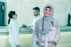 Портрет крупного плана дружелюбного, усмехаясь уверенно мусульманского женского доктора стоковая фотография rf