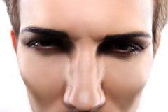 Портрет крупного плана серьезной модели мужчины моды Стоковое фото RF