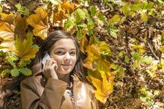 Портрет крупного плана счастливого симпатичного девочка-подростка лежа на осени fa Стоковая Фотография