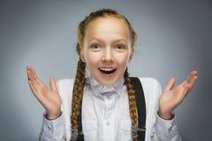 Портрет крупного плана сюрприза счастливой девушки идя изолированный на серой предпосылке Стоковая Фотография