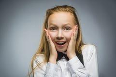 Портрет крупного плана сюрприза счастливой девушки идя изолированный на серой предпосылке Стоковое Изображение