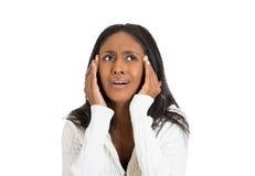 Портрет крупного плана усилил женщину при головная боль держа голову стоковое фото