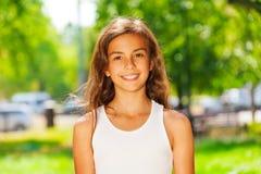 Портрет крупного плана усмехаясь девочка-подростка снаружи Стоковое фото RF