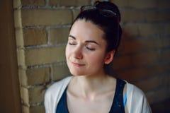 Портрет крупного плана усмехаясь женщины белого кавказского брюнет молодой красивой с темными волосами, стеклами на голове, с зак Стоковые Фотографии RF